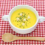 カップスープと木のスプーン
